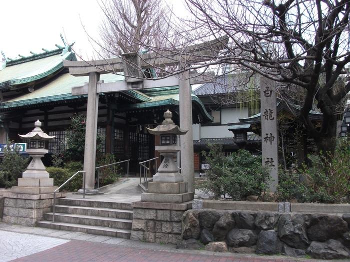 名古屋駅から徒歩10分とアクセスの良い場所にある「白龍神社」。白龍は龍神の使いとも言われており、パワースポットとしてたくさんの人が訪れる神社です。なかでも神聖な雰囲気が漂うご神木は、戦争による空襲などからも奇跡的に免れたとされており、生命力に満ちています。お友達と遊ぶときに近くまで来た際にはぜひ訪れてみてくださいね。