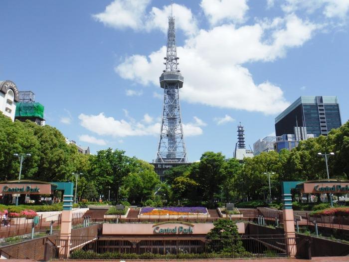 名古屋駅からもすぐに見つけることのできる「名古屋テレビ塔」は、日本で初めて完成した集約電波塔としても知られています。テレビ塔からは名古屋の街を一望することができますよ。2020年にはこのテレビ塔の中にホテルができるなど、大幅なリニューアルが予定されています。また新しい遊ぶスポットとして君臨しそうですね。