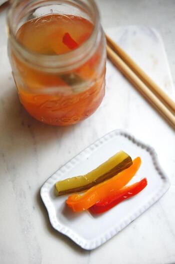 お酢を使わず、塩水でじっくり発行させて作る「乳酸ピクルス」。常備菜にもなるのでオススメです。漬け込むだけで作ることができる発酵食品は、意識して毎日常備したいですね。