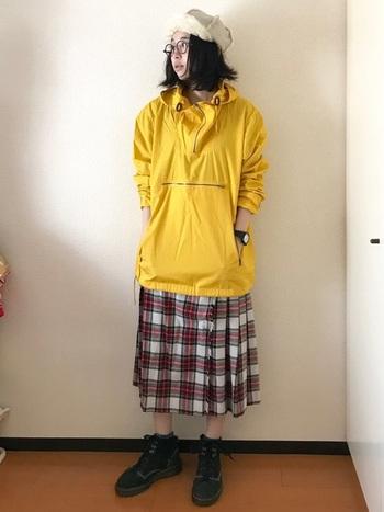 マウンテンパーカーとハイキングシューズを組み合わせたアウトドアテイストのコーディネート。チェックのプリーツスカートで女っぽさもプラスされています。