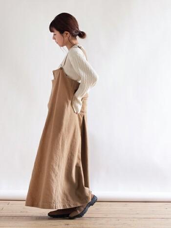 ボリュームのあるジャンパースカートの足元をあえてトレッキングシューズにしたコーデ。スカートの色とシューズの色を合わせているので統一感があり、裾からちらっとシューズが見えるのが素敵です。