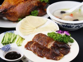 テイクアウトだけでなく店内でゆっくり食べることも可能です。ランチタイムには飲茶または定番中華(麻婆豆腐や青椒肉絲など)が北京ダックに付いてくるお得なセットメニューもありますよ。