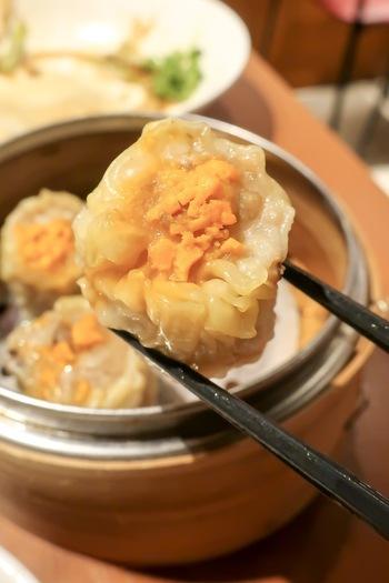 おすすめは、香港出身の点心師が作る本場の点心。 こちらは香港では定番の「広東焼売(特製シューマイ)」。エビと豚肉が使われていて、そのおいしさが皮の中にギュッと詰まっています。