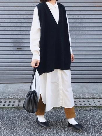 春先の少し肌寒い時期には、シャツワンピースにニット素材のベストを合わせたレイヤードスタイルはいかがでしょう?ロング丈の白のシャツワンピはトレンド感も抜群。