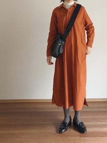 寒さが残る季節には、薄手のタートルネックをインナーにするのも◎ オレンジのシャツワンピースからちらりとのぞく城のタートルが、柔らかで女性らしさをプラスしています。