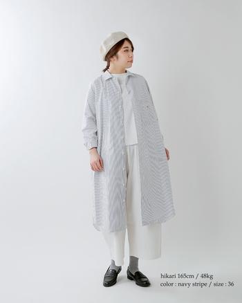 シャツワンピース以外を白で統一した、爽やかなコーディネート。ストライプ柄のシャツワンピースは、ベレー帽やローファーなどのトラッド感のあるアイテムとの相性が◎