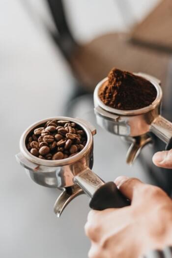 普段自分でドリップコーヒーを淹れるという方におすすめなのは、セミオートタイプです。  コーヒー豆を挽く作業や、コーヒーパウダーを丁寧にタンピングする作業、また、マシンのお手入れも好きという方に向いており、初めて使用する方もコーヒーパウダーやカプセルをセットするだけなので、手軽に使用できます。  セミオートにも、ミルクフォーマー機能が付いているタイプも多く、上位モデルだとエスプレッソを淹れるタイミングでミルクを作れるものもありますが、同時には作れず誤差があるものが主流です。