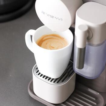 コーヒー豆とお水をセットしたら、挽き方や分量、最適なタンピングや好みの温度設定まで、スイッチで選べば自動でマシンが行ってくれます。  ミルクを扱ったメニューが豊富なタイプか、スチームウォーマーが付いているタイプがおすすめです。  また、オートタイプといってもグラインダー(豆を挽く機能)がない場合もありますので、パウダータイプを利用しない場合は、グラインダーの有無を確認しておきましょう。