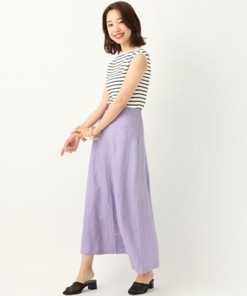 アクティブな印象を持つノースリーブのリブサマーニット。爽やかさのある明るめラベンダーカラーのスカートは、程よいフレアデザインなので、夏の大胆さと大人の落ち着きを感じさせる遊び心のあるコーデですね。