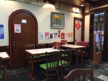 老舗らしく、店内は昭和の雰囲気を感じます。壁にはたくさんの著名人の色紙が!人気の高さを伺わせますね。