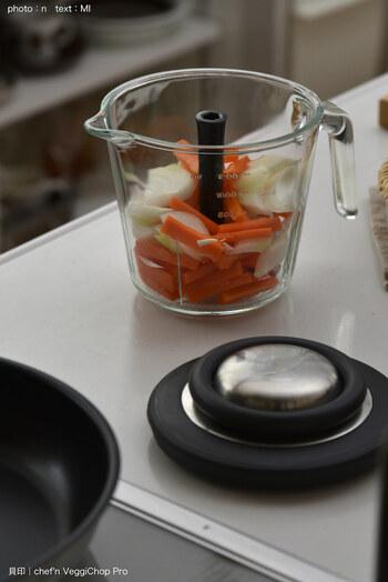 あると便利なベジチョップ。 いろんな種類がありますが、コンセントを差す作業が少し面倒なうえ、手動でクルクル回すタイプだと食材が突っかかってイライラすることもありませんか?  貝印のベジチョップは紐を引っ張るだけでミジン切りが完成。持ち手も太くて握りやすい形状で、最大1.2lもの野菜をカットできます。