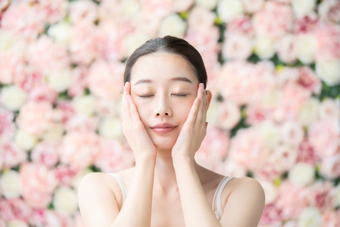 「クナイプ ビオオイル ローズ」に含まれるローズヒップにはメラニン色素の生成を抑える作用があり、シミを予防します。さらに豊富なビタミンCが、コラーゲンの生成を助けて美肌へ導き、毛穴の引き締めやほうれい線改善に効果的です。