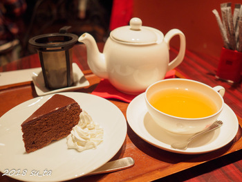 約80種類ある紅茶。フルーツティーやフレーバーティーも人気です。本場のザッハトルテも一緒に頼めば、さらにウィーン気分を味わえるはずです*