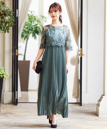 落ち着きのあるグリーンとロング丈のプリーツスカートデザインで、エレガントな印象のドレスは30代女性にもおすすめです。トップスは、華やかなレースデザインなのでボートネックでも胸元が寂しくなりません。