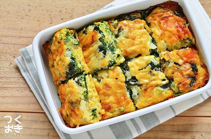 ほうれん草、卵、玉ねぎ、チーズで作る、野菜の自然な甘みが美味しいオムレツ。調理時間は30分ほどかかりますが、材料を混ぜ合わせあとはてオーブンで焼くだけの簡単レシピです。冷蔵保存で3日ほど持つのでお弁当に使ったり、朝ご飯に使ったりできて便利。