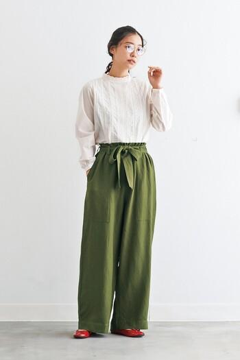 フェミニンなフリルデザインのブラウスは、あえてボーイズ感のあるワイドパンツでバランスを取るのがgoodコーデです。若草を思わせるカーキも春らしさを感じるポイントに。