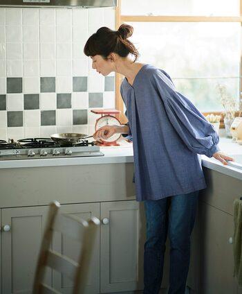 清涼感を感じるブルーのチュニックシャツは、デニムでカジュアルに。普段使いのアイテムにも、袖にボリュームを取り入れるなど、ちょっとしたデザイン性のあるトップスを取り入れるとセンスの良い着こなしになります。