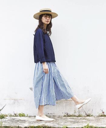 一見するとスカートに見えるワイドデザインのキュロットパンツ。アクティブに動けるので、ママファッションとしてもおすすめです。春の爽やかさを感じるストライプ柄も可愛い!
