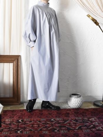 少し張りのあるコットン生地を使ったハイネックのシャツワンピースは洗練されたデザインなので、足元に革靴を合わせて都会的に着こなすと素敵です。