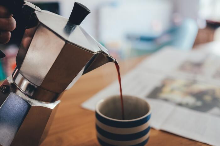 直火タイプは、ドリップコーヒーのように1から自分で仕込んで沸かします。ドリップ式コーヒーのエスプレッソ版ですね。  ゆっくり時間をかけて丁寧に淹れたいというこだわりがある方に向いています。 容器がおしゃれでコンパクトなので、マシンを置けるスペースがない場合にもおすすめです。  ちなみに、本場イタリアでは直火メーカーを使って淹れたエスプレッソを「モカ」と呼ぶそうなので、直火タイプにモカの表記が多く見受けられます。