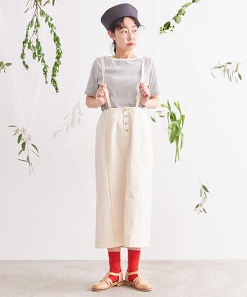 サスペンダー付きのタイトスカートも。コットン素材でナチュラルな風合いに。赤のソックスでアクセントを付けているので、遊び心のある着こなしに仕上がっています。