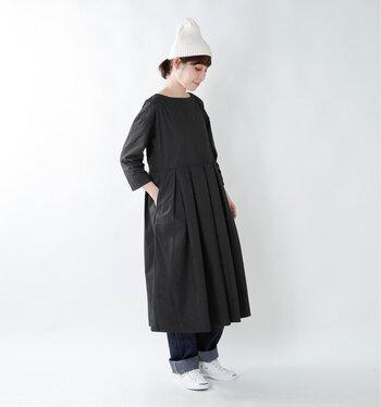 白のニット帽・スニーカーをポイントにした黒ワンピースコーデ。爽やかな白が入ることで、黒ワンピースも重くなりすぎません。夏はキャップに変えてもいいですね。