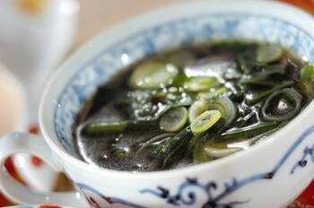 和風のお味噌汁や洋風のポタージュにあうほうれん草は、中華スープにしても美味しくいただけます。ほうれん草と白ネギで手早く作れるので、中華系のおかずであと一品欲しい際、覚えておくと助かりそう。
