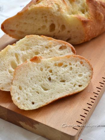 発酵を数回繰り返すバゲットは、時間がかかり作るのが大変。こちらのレシピは試行錯誤して、普通のパンと同じ2次発酵させるだけで、外はパリッと中はもっちりなバゲットにたどり着きました。工程の写真多めなので、とってもわかりやすいレシピになっています。