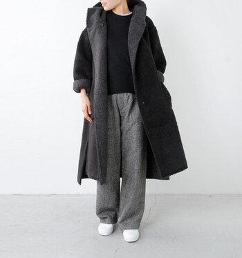 黒コートを使った無彩色スタイル。コートの裏地もチラ見せさせて、コーデのアクセントに。足元は白で抜け感をプラス。