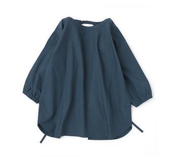 昔ながらのかっぽう着タイプ。日本でできたかっぽう着は着物の上からでも着用することができますが、こちらは現代の洋装スタイルに合わせたもの。シンプルなので長く使うことができ、袖まで汚れを防いでくれます。