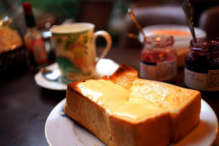 ぜひ食べて欲しいのが、バラエティ豊かな厚切りトースト。チーズの乗ったものやバナナの乗ったものまで、気分で選べるのが嬉しい!