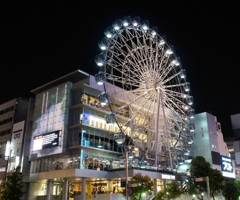 サンシャインサカエは地下鉄栄駅から直通と、名古屋で遊ぶ場所として大変人気のある複合施設です。ショッピングやグルメはもちろん、イベントスペースでは様々なイベントが開かれています。なんといっても特徴的なのは観覧車。ただの飾りではなく、乗車して楽しむことができますよ。