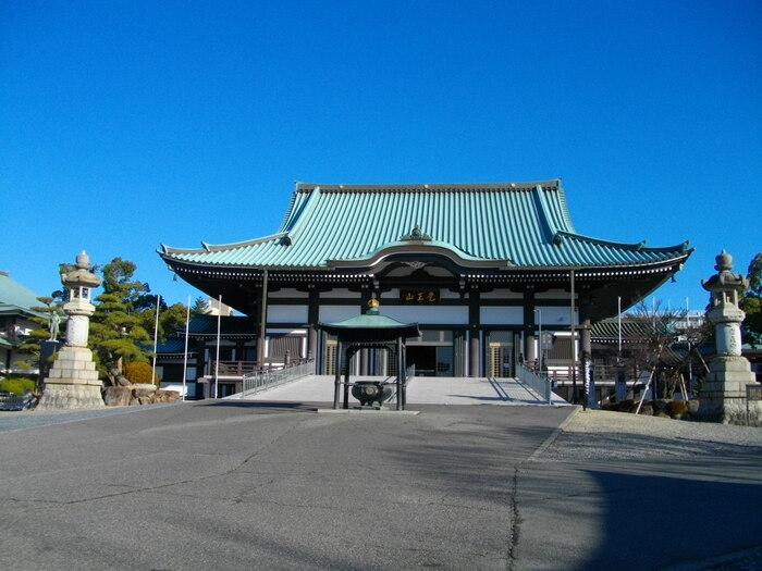 名古屋にある「覚王山日泰寺」は、日本で唯一のいずれの宗教にも属さない方のためのお寺です。お寺の名前は「日本とタイの寺院」という意味を持っているため、タイの国旗も飾られています。毎月21日には縁日も開かれているため、お子様も楽しめますよ。広々と作られた敷地は清々しく、ゆっくりとした時間を過ごせるスポットです。