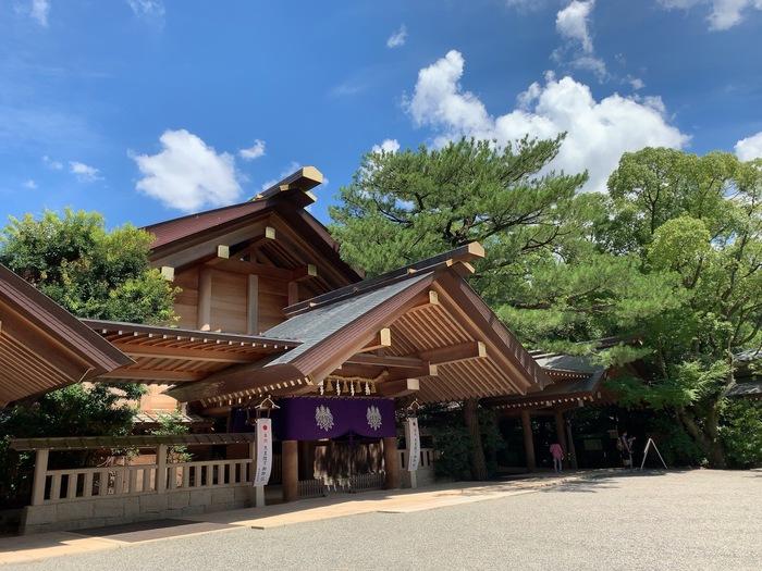 名古屋の観光スポットの中でも人気の高い「熱田神宮」名古屋鉄道の神宮前駅からすぐの場所にある熱田の杜の中にあります。三種の神器の1つと言われる「草薙神剣(くさなぎのみつるぎ)」があるとされ、大変ご利益があります。熱田の杜は大変広いですが、参道がしっかりと作られているので迷う事なく訪れることができますよ。神聖な空気に包まれた敷地内で、たくさんのパワーをもらえるため、デートにも最適ですよ。