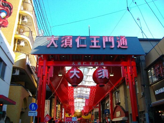 「大須商店街」は名古屋でも最も人気の商店街です。「大須駅」と「上前津駅」、2つの駅を繋ぐように続いており、グルメやショッピングなど、おおよそ1,200店舗ものお店が立ち並んでいます。食べ歩きにもぴったりのグルメも満載なので、楽しくデートができる商店街ですよ。遊ぶにも観光するにもぴったりのスポットです。