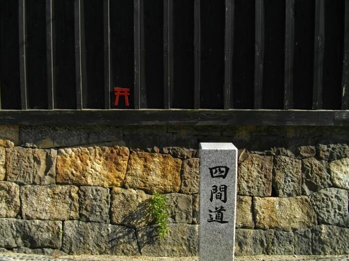 「四間道」は名古屋市西区にある通りです。江戸時代の初めに作られた商人町で石垣の上に家が建ち、現代でも風情のある景色を楽しむことができます。古き良き街並みは残りつつ、内部はおしゃれなレストランやカフェがかなり多く立ち並んでいるため、名古屋で遊ぶ際の食事や休憩にも利用しやすいです。名古屋の散策デートにおすすめのエリアですよ。