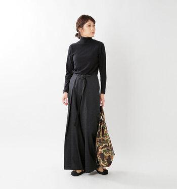 定番の黒タートルとワイドパンツを合わせ、バッグで差し色を吹き込んだコーデ。まじめでかっこいいレディースコーデの完成です。ジャケットを羽織れば通勤スタイルにも◎。