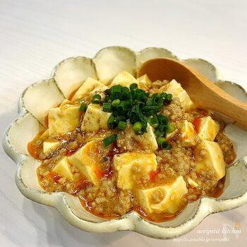 レンジなのに本格的中華が楽しめる「マーボー豆腐」。水切りのために最初お豆腐だけを別でチンしますが、そのあとは調味料やお肉など混ぜて温めるだけです。一人分から作れるので普通にマーボー豆腐としてはもちろん、ご飯にのせて丼ぶりとして楽しむのもおすすめです。