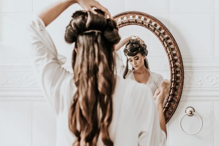 洗髪した後のドライヤーや、お出かけ前に髪をセットする時間も筋トレに変えましょう。腕をしっかり曲げ伸ばし、肩関節を大きく使うことで、肩周りの筋肉が鍛えられます。