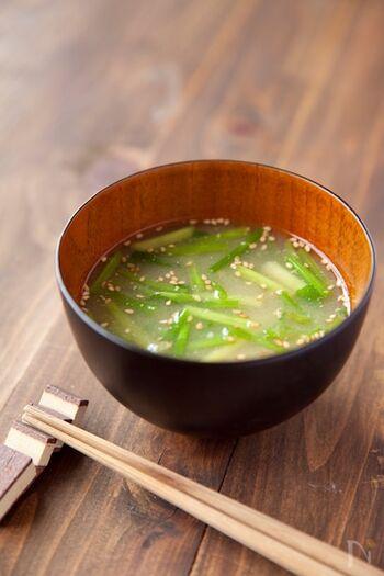 セリの香りをたっぷり楽しむなら、汁物に。いつものお味噌汁に具材として加えるだけで、春らしい香りが。