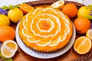オレンジと日向夏というふたつの柑橘を使ったゴージャスなタルトのデコレーション。日向夏はあえて、白い部分を残してカットして、フリルのような華やかさをアレンジしています。オレンジは白い部分を残さないよう、薄皮もきれいに取り除いて、フレッシュな実の状態にして、日向夏と交互に並べています。  同じ柑橘類でも微妙な色合いの違いが生まれ、贅沢な雰囲気に仕上がっています。