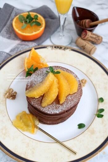 シンプルにオレンジの実を切り出したものをパンケーキの上にアレンジしています。ひと房ずつ、実を切り出す方法を身に着けておくと、いざというときに役立ちます。支点を決めて、扇が開くようにオレンジを並べると上品ですね。