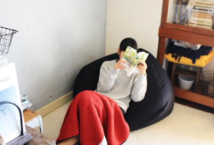 大人も子供もハマる人続出!人だけでなく、猫もダメにすると言われているアイテムです。横置きに座ると体勢をしっかり保てて、縦置きで座ると柔らかく包み込まれます。幅、奥行き共に65cmで、高さは43cm。大きなソファより、持ち運びできるビーズソファの方が使いやすいと感じるかも。