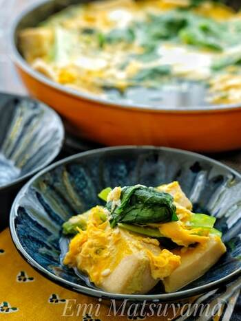 小松菜と卵に高野豆腐を加えた、出汁がしみた卵とじ。塩こうじでうまみアップ!白いご飯にかけて丼にするのもおすすめです。