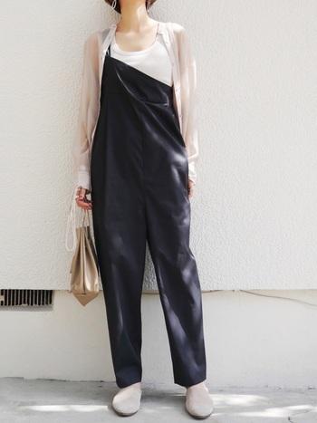 ワンショルダー&アシメントリーなデザインが目を引くサロペットを主役に。透け感あるシャツや巾着型のバッグ、スリッポン...小物使いまで大人っぽく肩の力が程よく抜けています。
