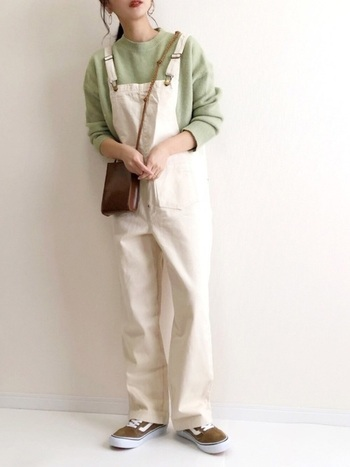 白にピスタチオグリーンを合わせたところが今っぽいスタイリング。春先にぴったりの装いです。