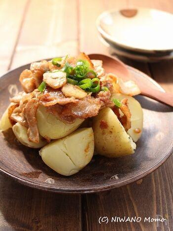 にんにくや梅肉を合わせたたれがアクセントのおかずレシピ。ジューシーな豚バラと甘みある新じゃがによく合い、おつまみにもおすすめです。