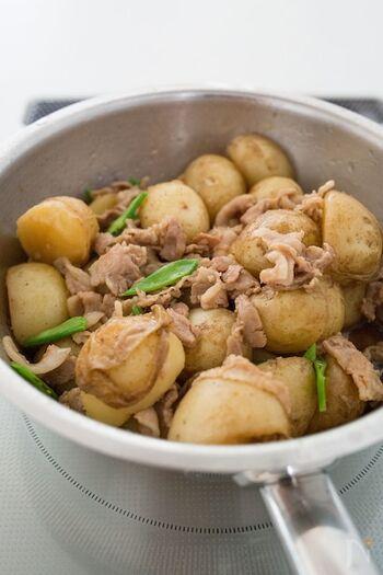 小玉の新じゃががころころかわいい、新じゃがと豚肉の甘辛煮。豚バラ肉の旨みがじゃがいもにたっぷり染み込んで、箸が進みます。