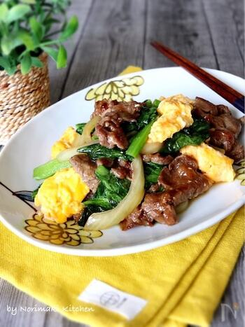 オイスターソース炒め物は牛肉との相性もばっちりなので、ぜひ小松菜と一緒に試してみてください。調味料を加えたあと、汁気が少なくなるまでしっかりと炒めるのが美味しく仕上げるポイントです。