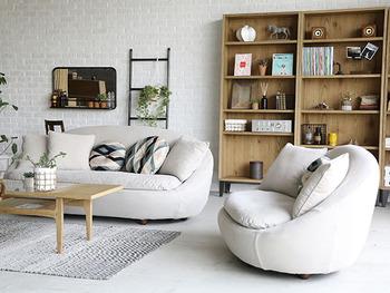 「座り心地」は、座面の硬さや背もたれの高さなど好みは人それぞれです。ぜひ実際に座ってみてしっくりくるタイプを選んでみてください。  空間に余裕がなく、できるだけコンパクトに見せたいならロータイプのソファを選ぶのがおすすめ。内装がホワイト系なら、同系色のソファを選ぶと軽やかに見えて、お部屋を広く見せる効果も期待できます。